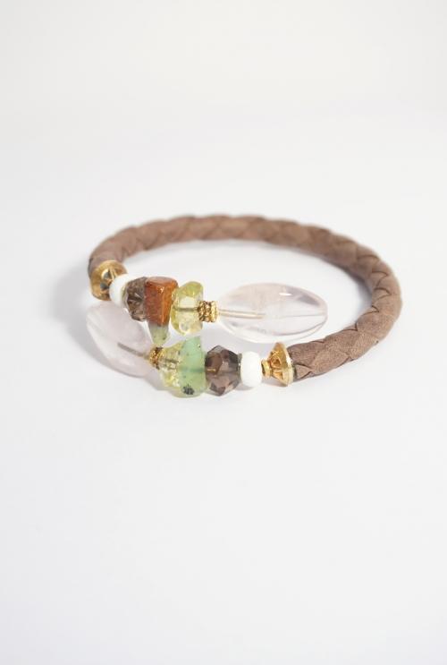 pulsera piel renzada marrón y gemas de color rosa y verde