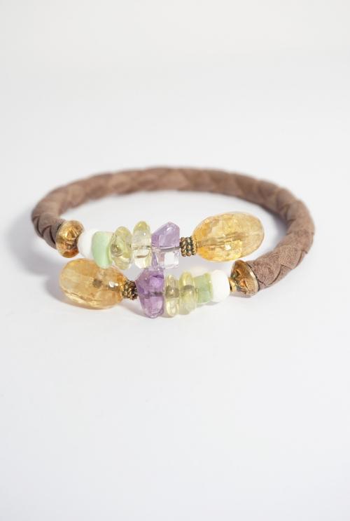 pulsera cuero marrón trenzado con gemas malvas y amarillas
