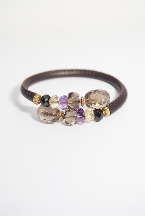 pulsera de cuero marrón y piedras