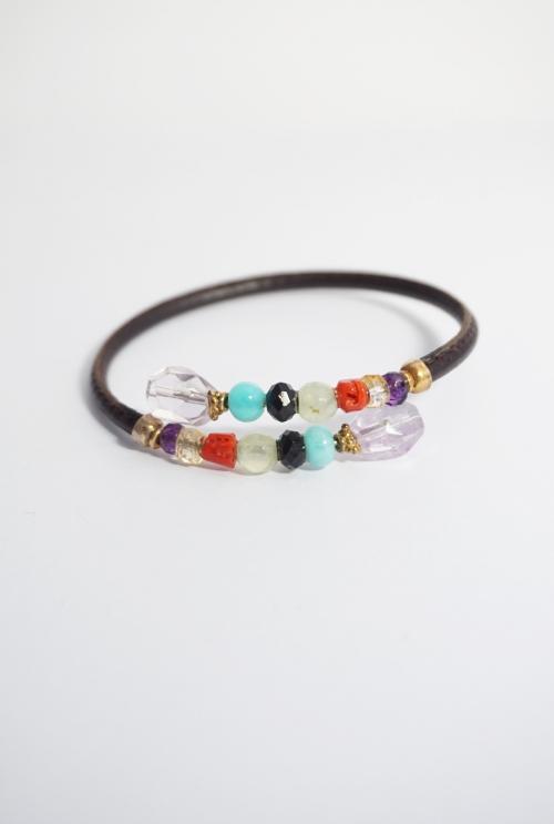 pulsera cuero y gemas de color