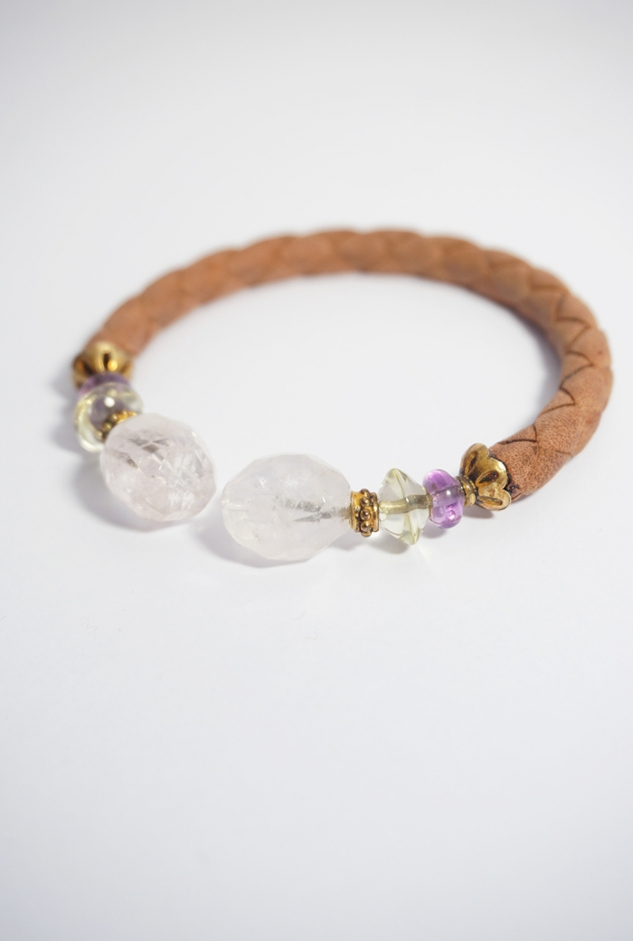 pulsera cuero marrón trenzado y gemas color rosa
