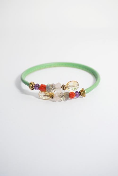 pulsera de cuero verde y gemas