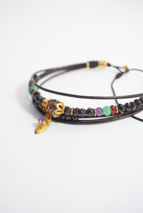pulsera hilos de cuero negro y gemas