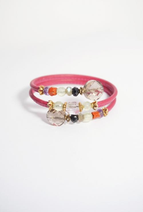 pulsera cuero rosa y gemas de colores