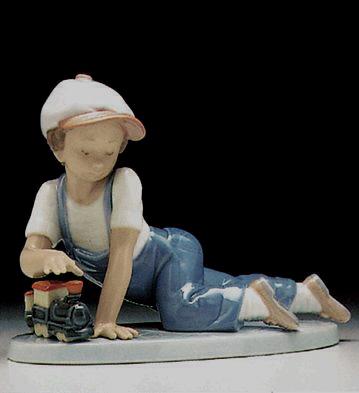 chico con tren de juguete
