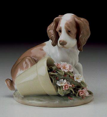 travesura de un perrito cachorro