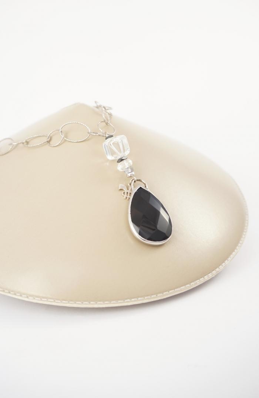 collar plata y piedra negra