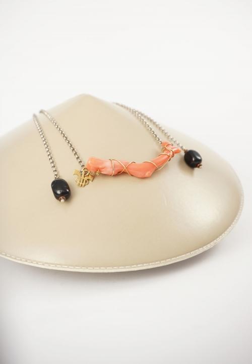 collar naranja y negro