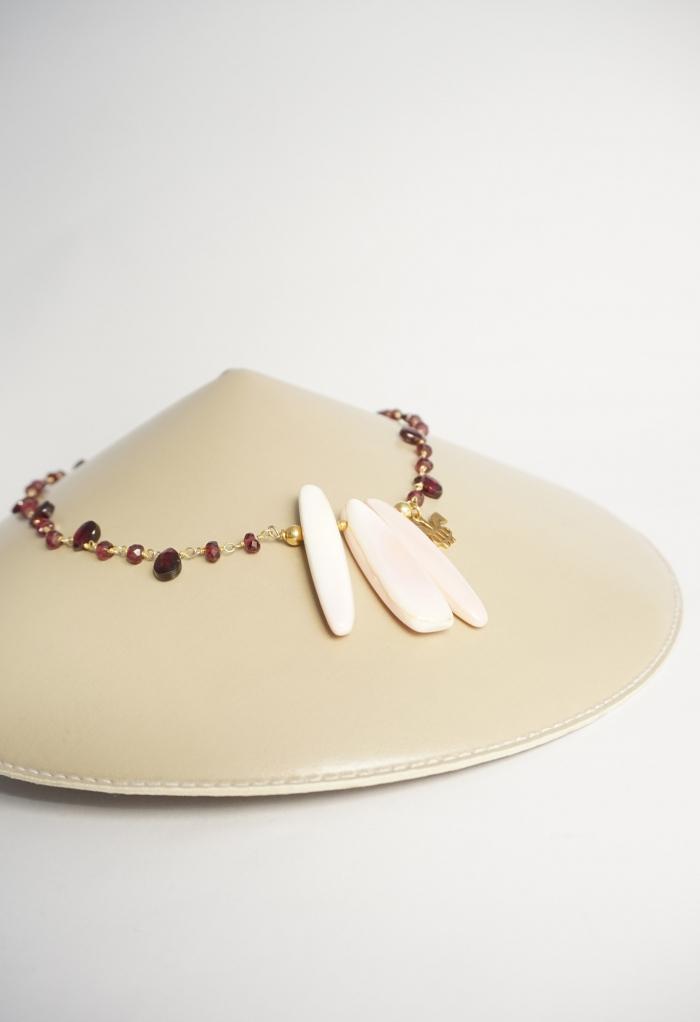 collar corto rosa y granate