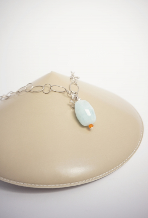 collar de plata y piedra azul