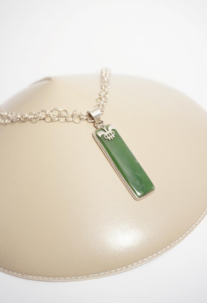 cadena con colgante verde