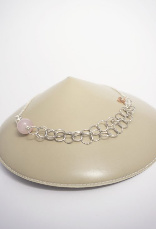 collar de plata con piedra rosa