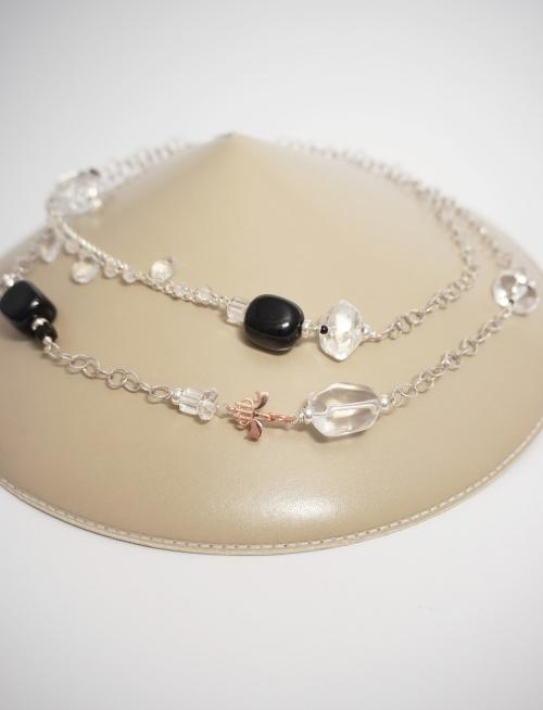 collar largo de plata y piedras negras