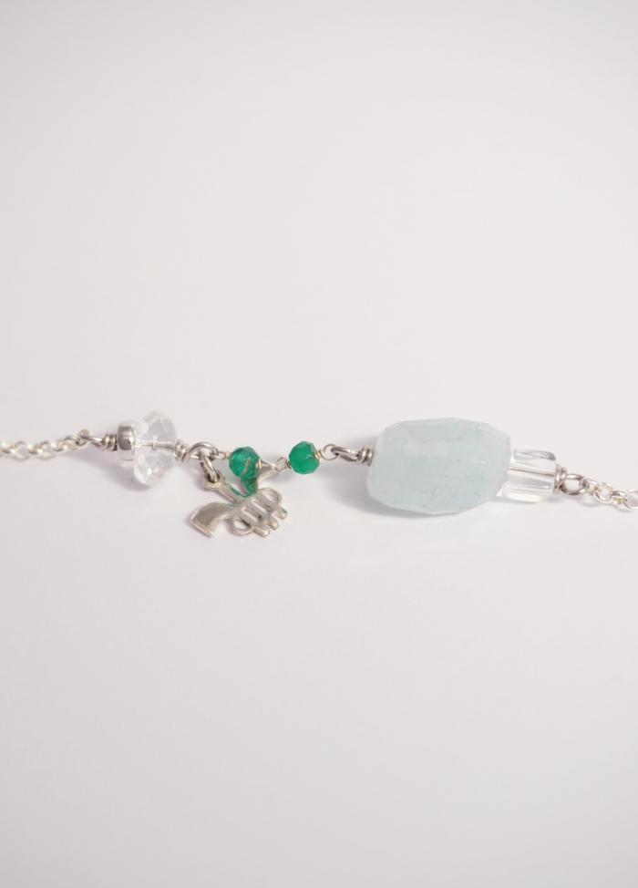 pulsera cadena y piedra azul claro