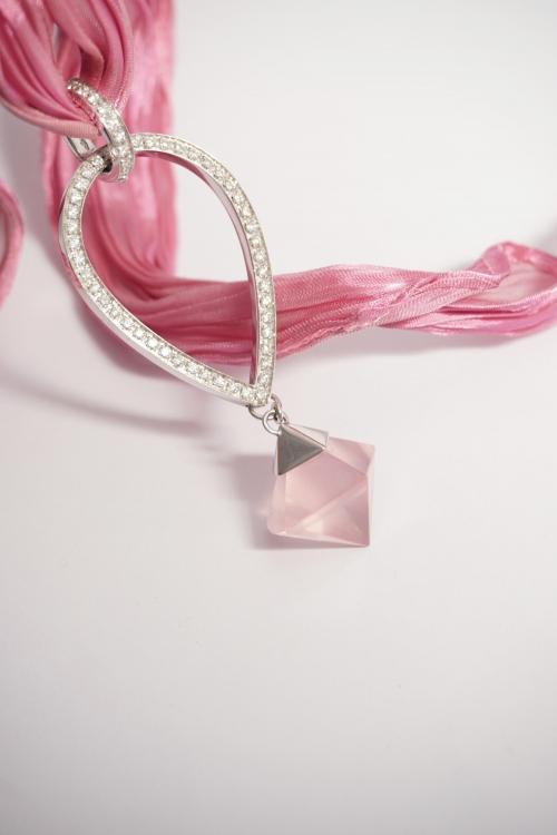 joya colgante oro diamantes y cuarzo rosa