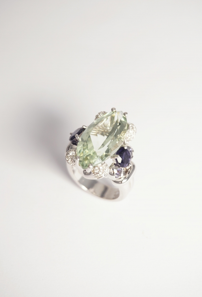 prasiolia anillo con iolitas de oro blanco