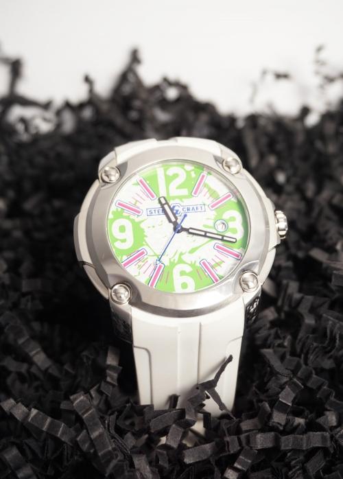 reloj de acero y caucho blanco