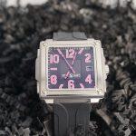 reloj cuadrado mediano negro y rosa