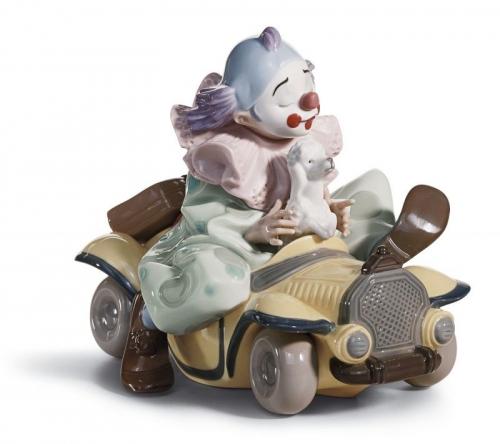 automóvil antiguo con payaso