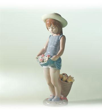 niña con sombreo y flores en su falda