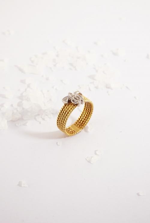 Anillo de oro amarillo con logo tressor en diamantes