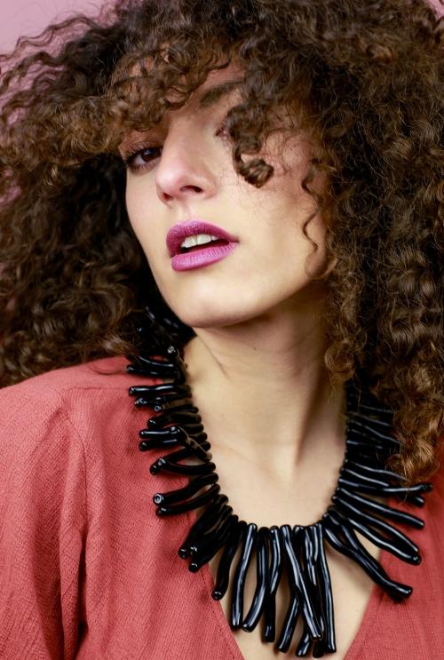 collar con gemas negras