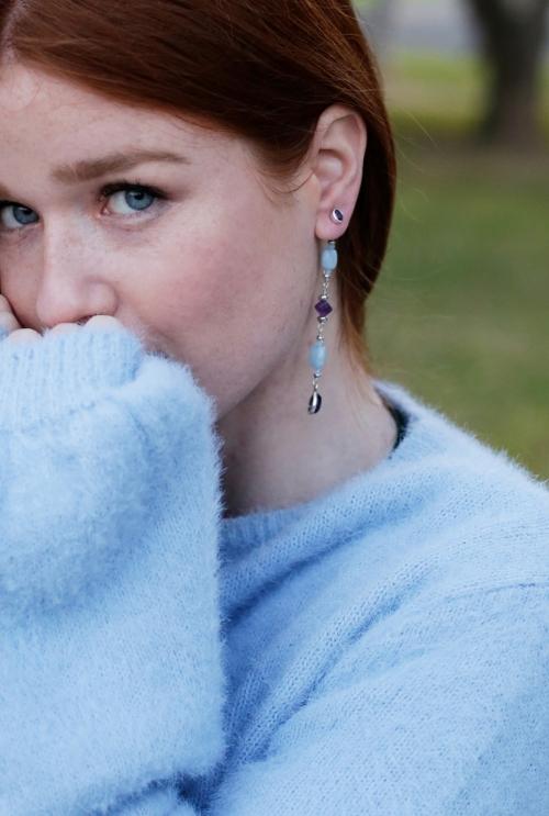 pendientes color azul y morado