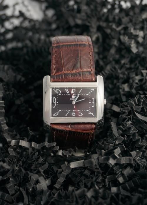 Reloj Tressor rectangular de acero y correa de piel